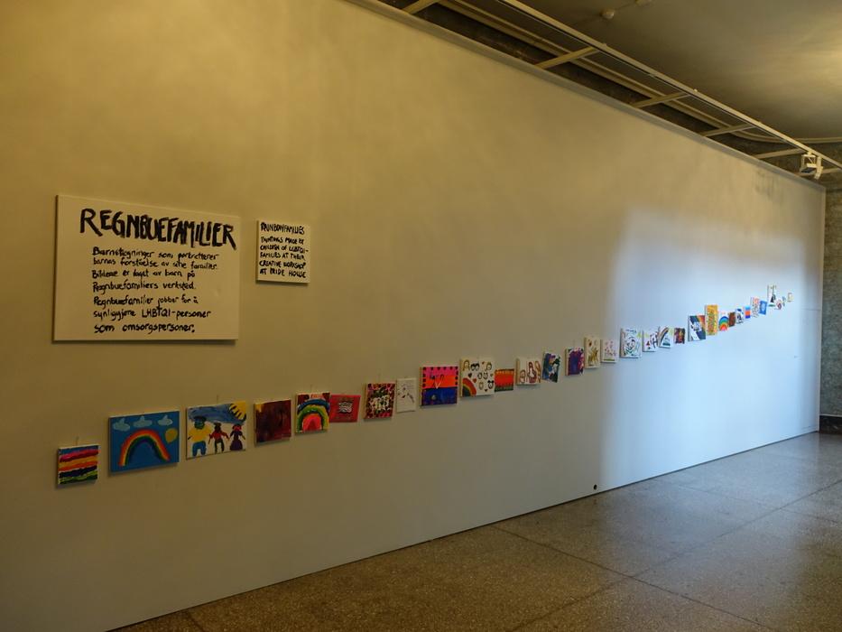 Выставка рисунков детей из радужных семей. Лестница Культурно-исторического  музея Осло. Посмотреть рисунки можно здесь. ce68dcf677d