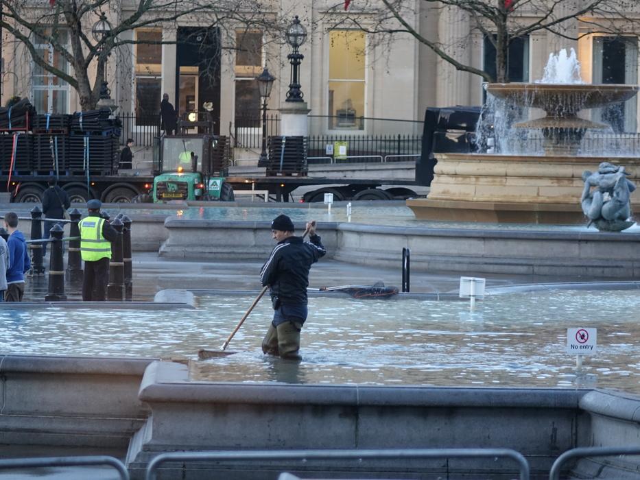 Уборка денег в фонтане на Трафальгарской площади