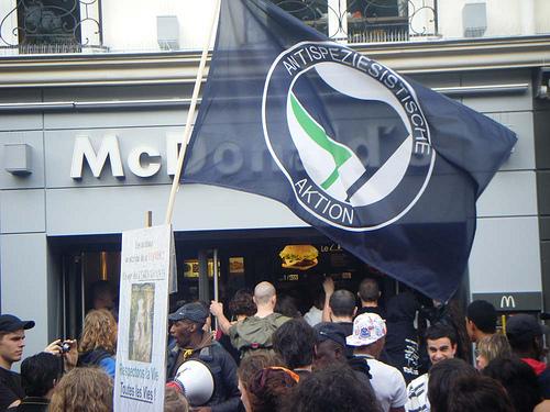 Парижский Вегги Прайд 2008 оккупирует McDonalds