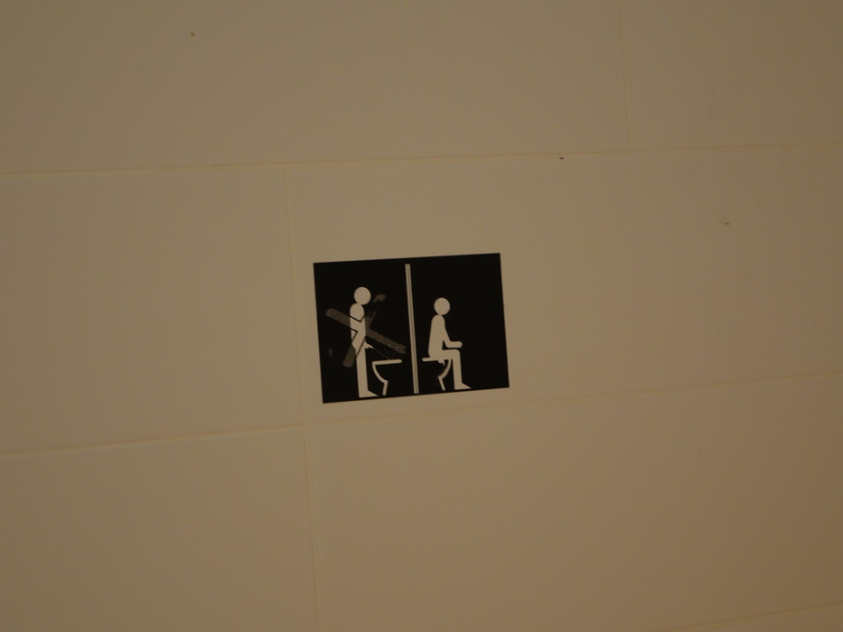 Банни круз встретил транса в туалете одну